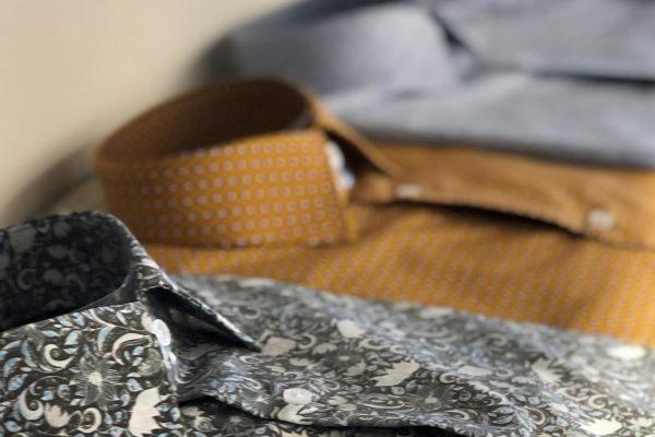 Come piegare o arrotolare una camicia da uomo per  non stropicciarla
