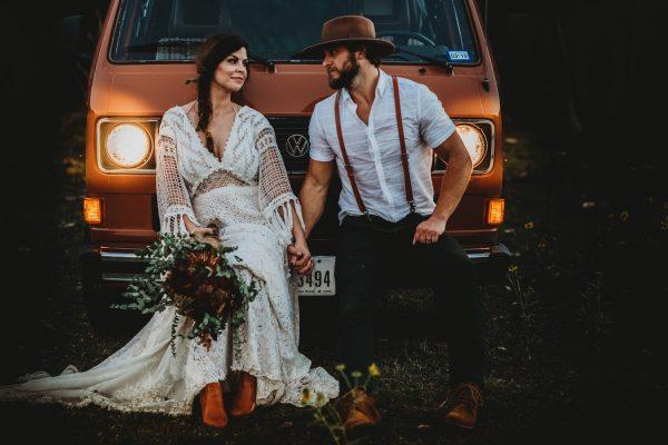 Abito da sposo country: caratteristiche e accessori